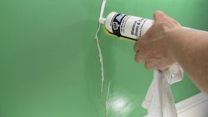 Fixing cracks in drywall and plaster do it yourself How to fill a crack in the wall